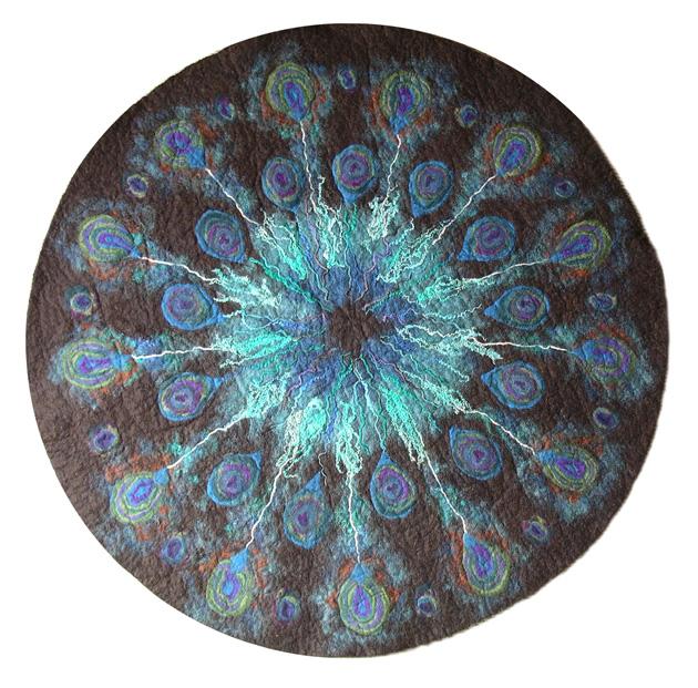 """plume de la paon de tapis """". Teint à la main BFL polaire et de fils fomenter le centre. Diamètre 128cm."""