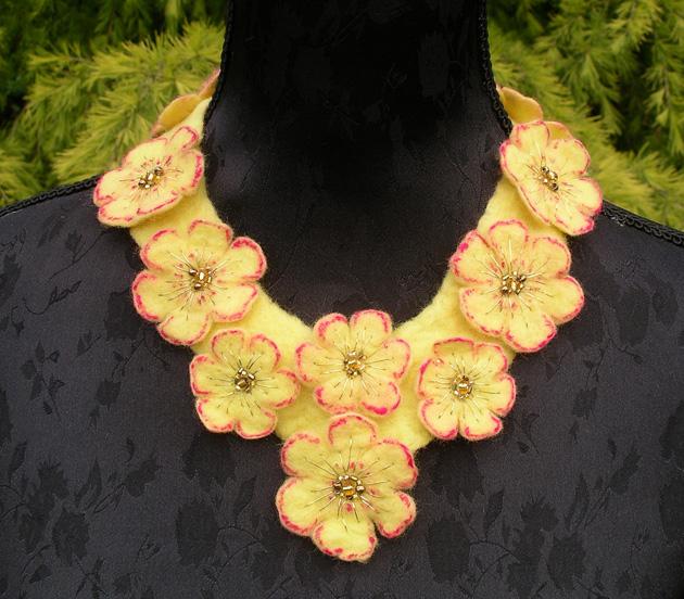Merino collarette, with des centres de fleurs et de perles broderies.